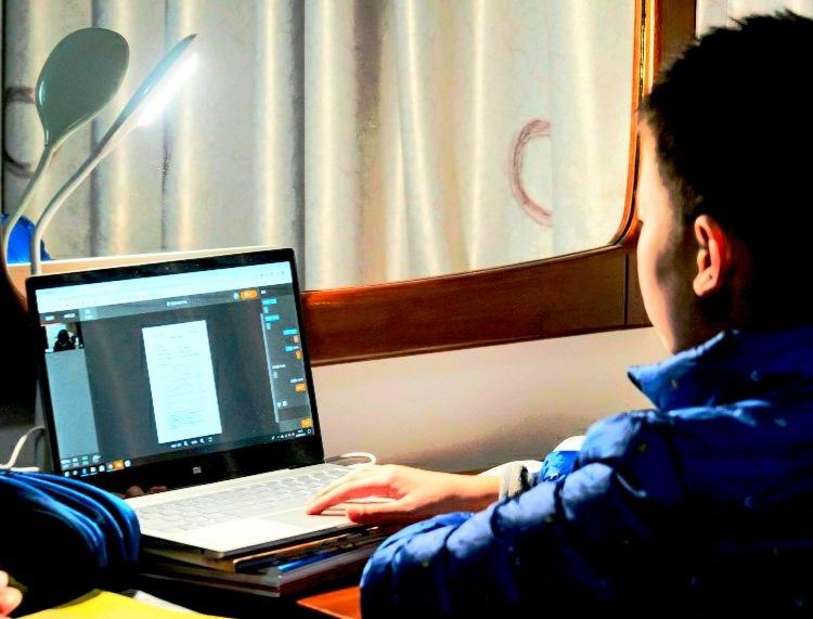 गाउँका विद्यार्थीलाई अनलाइन कक्षा एकादेशको कथा